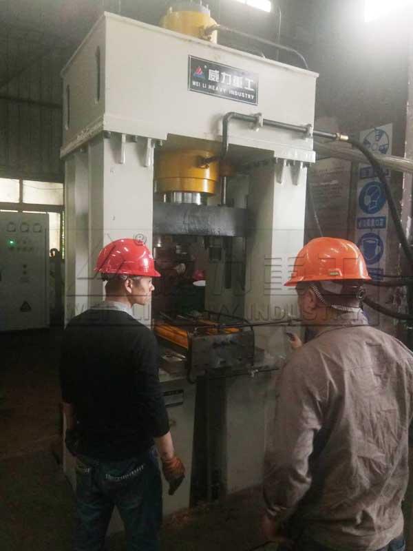 200吨框架式热锻螺栓机